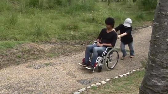 坂道での車椅子