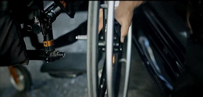 車椅子からワンタッチでタイヤが外せる