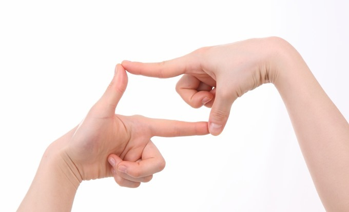 指でフレームを作る動作