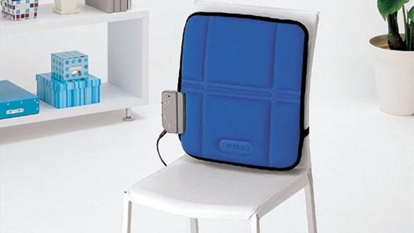 マッサージ機を椅子に立てて背もたれとして使用する
