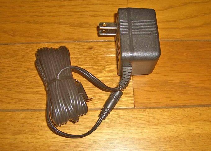 マッサージャーの電源アダプター