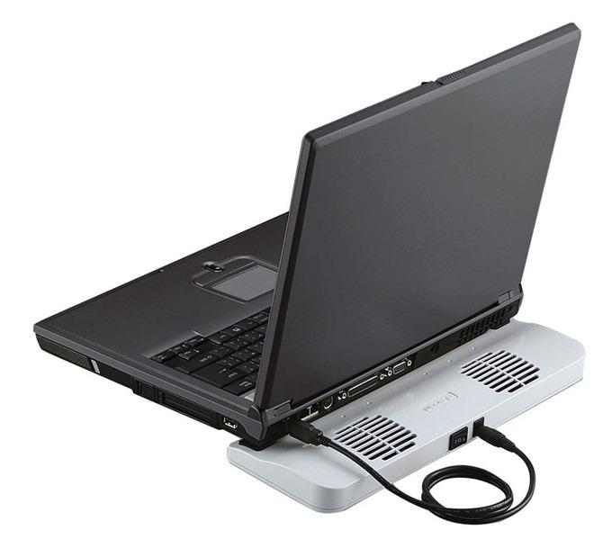 ノートパソコンの後部をパソコンクーラーに乗せて利用する