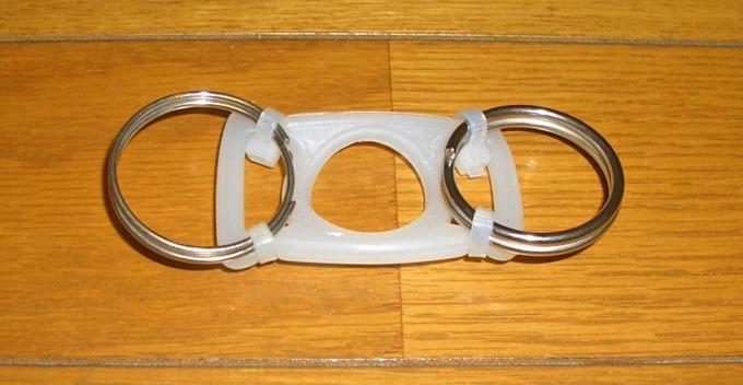 丸い金属リングをつけたペットボトルホルダー(表)