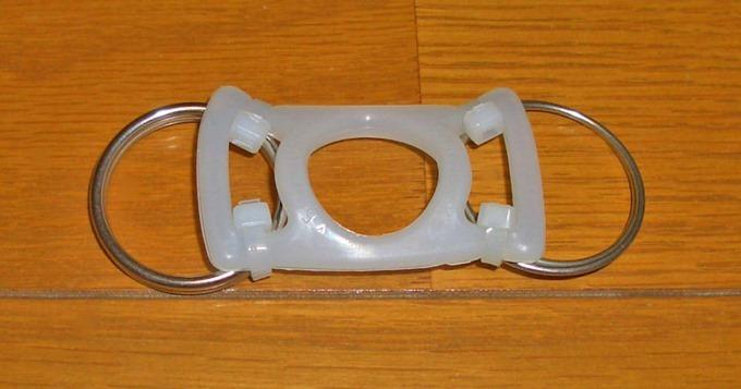 丸い金属リングを付けたペットボトルホルダー(裏)