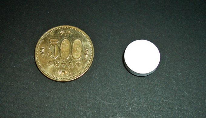 ヤクルトkWタブレットの大きさを500円玉と比較