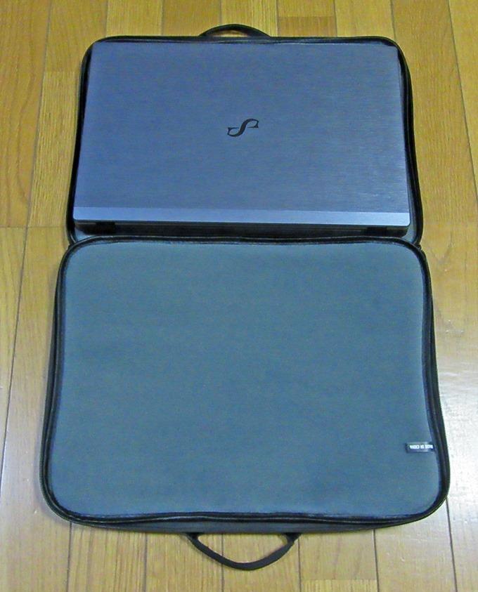 ノートパソコン用バッグに15.6インチのノートパソコンを置いた状態