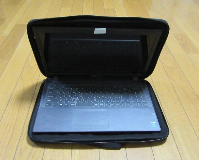 カバンに収納したままノートパソコンを使用できる