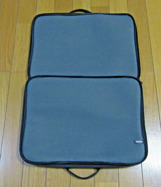 エレコムのノートパソコン用バッグのファスナーを開けた状態