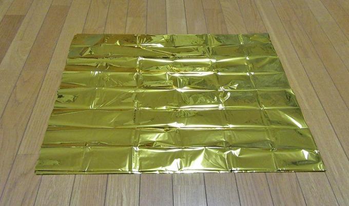 サバイバルシートの金色の部分で熱を吸収する