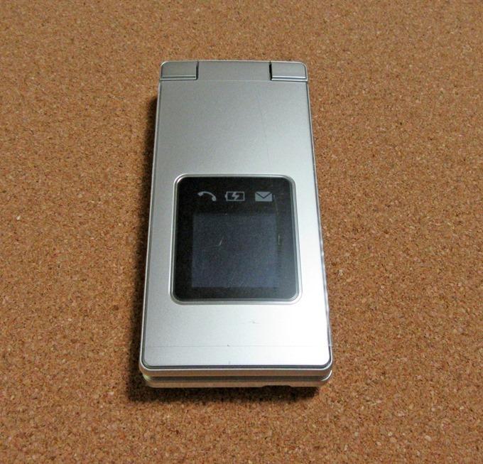 かんたん携帯9の背面液晶