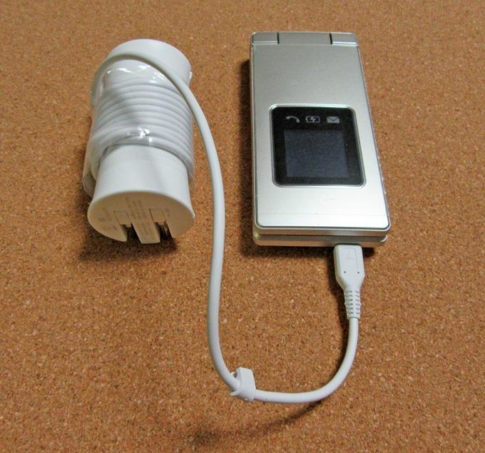 かんたん携帯9直接充電コネクタの使用例