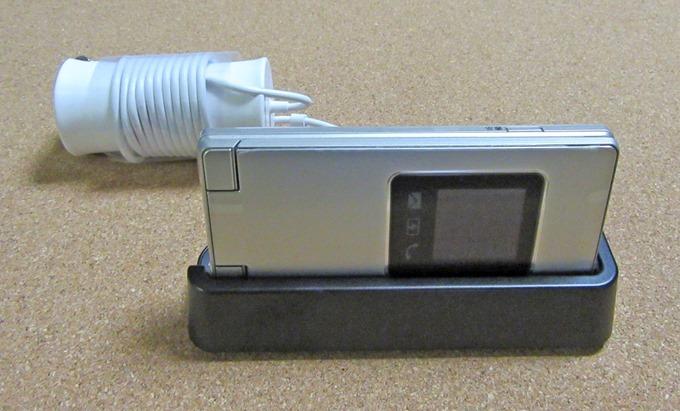 かんたん携帯9をクレードルを用いて充電する使用例