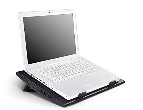 DEEPCOOLにパソコンを置いて使用する例