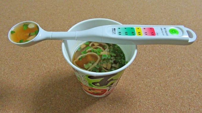計測用のスプーンを用いて塩分計る君で永谷園あさげの塩分濃度を計っている状態