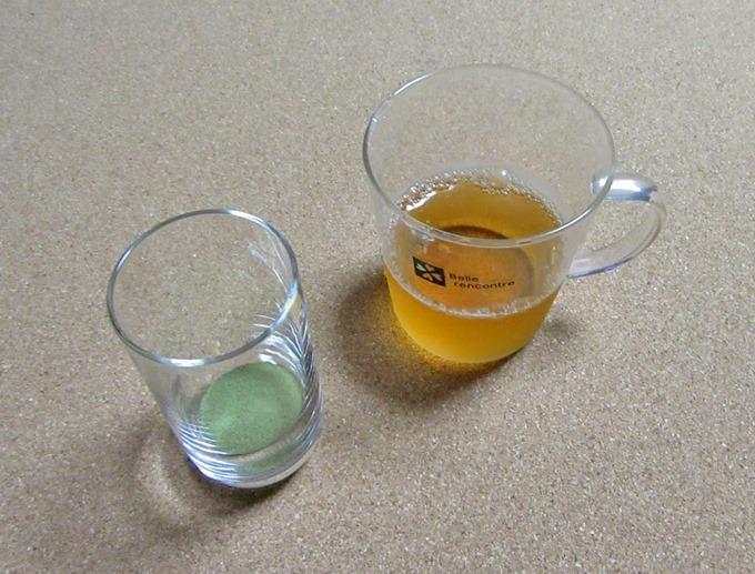 ほうじ茶で割って青汁を作る