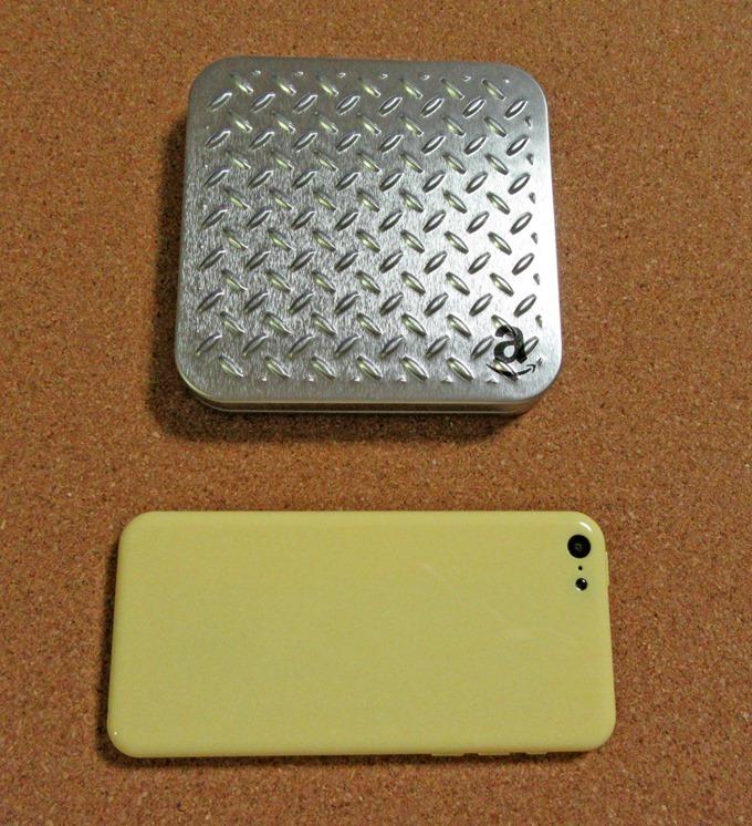 シルバープレートギフト券とiPhone 5Cの大きさ比較
