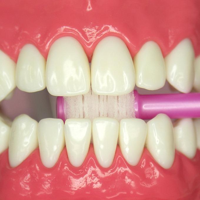歯の裏側を360度歯ブラシで磨いている状態
