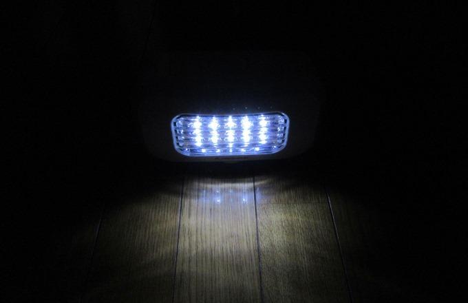 部屋を暗くして10個のLEDライトを点灯した状態