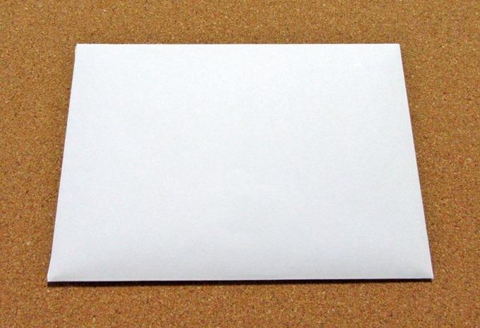 Amazonギフト券グリーティングカードタイプには真っ白な封筒が同梱されている