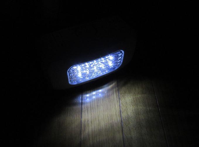 部屋を暗くしてLEDライトを点灯(斜め上)