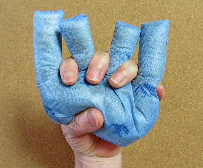 ディスポにぎにぎを手の指に装着した状態