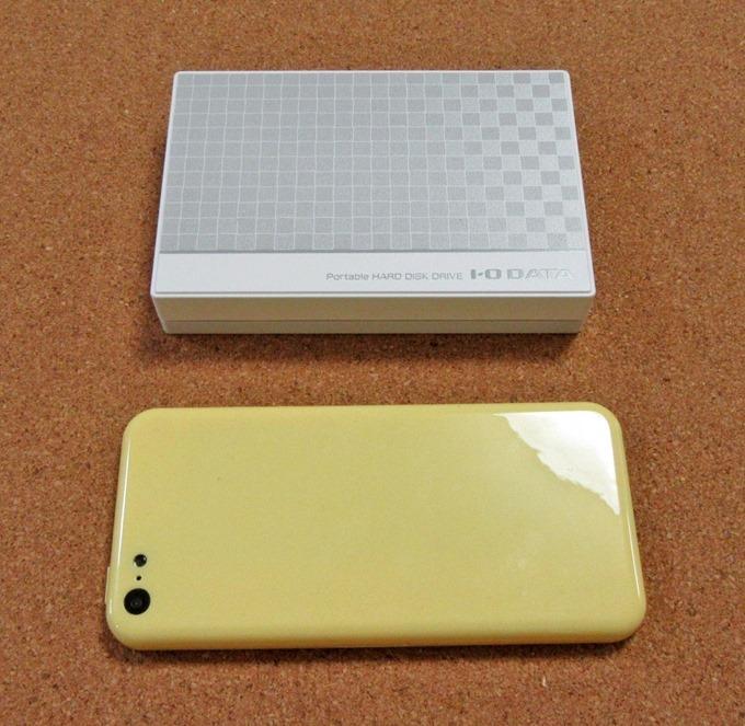 IO-DATAポータブルHDD 3TBとスマホ(iPhone 5C)の大きさ比較