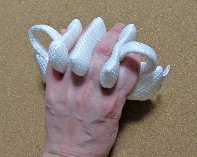 ミラクルグリップを手に装着(手の甲側)