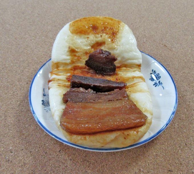 皮の間に挟まっているしっかりと味の付いた黒豚角煮まんじゅう