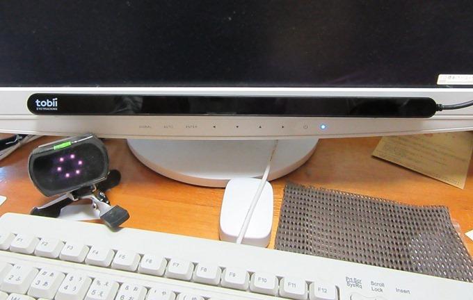 Tobii Eye Trackerを取付金具にマグネットで貼り付ける