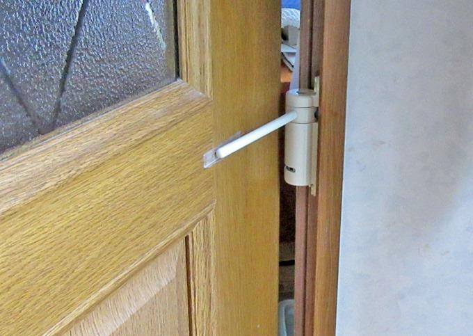 ミニドアクローザーを取り付けてドアを開いた状態