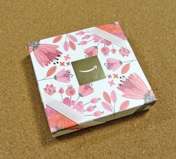 ピンク色を基調とした華やかな花柄のデザイン