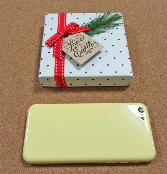 クリスマスドットギフト券ボックスとiPhone 5Cの大きさ比較