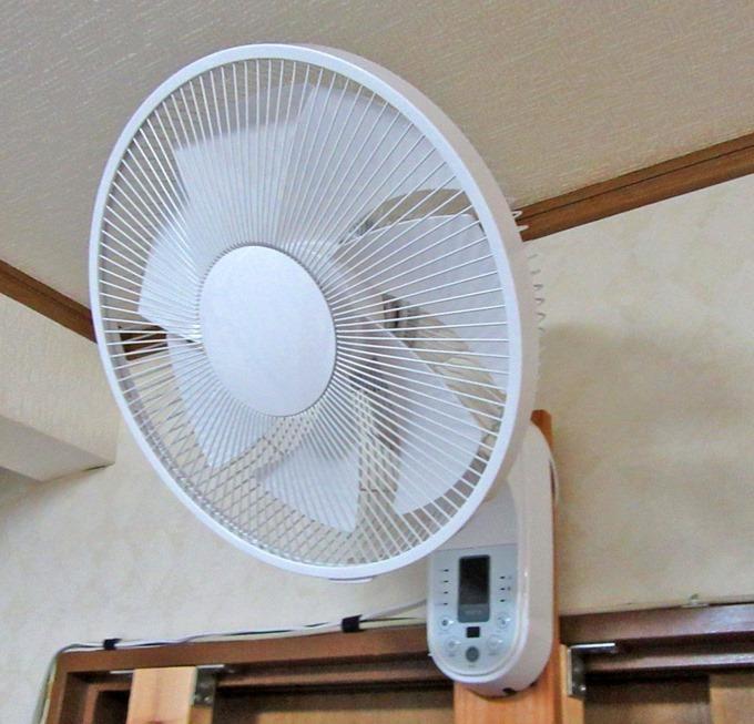 取り付けた壁掛け扇風機(右側)