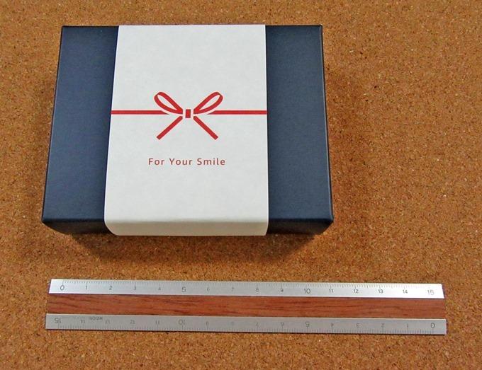 Amazonギフト券マット・ネイビーの箱のサイズを物差しで計測