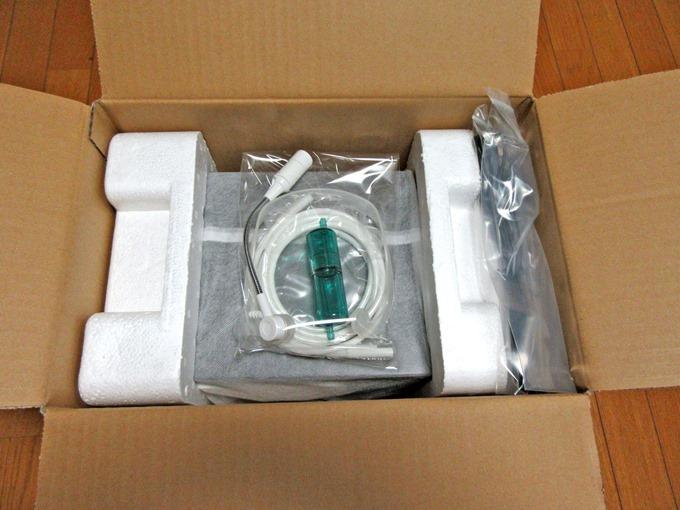 箱の中に入っている酸素発生器の部品